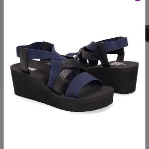 "NWT MUK LUKS ""Sabine"" Wedge Sandal black blue"
